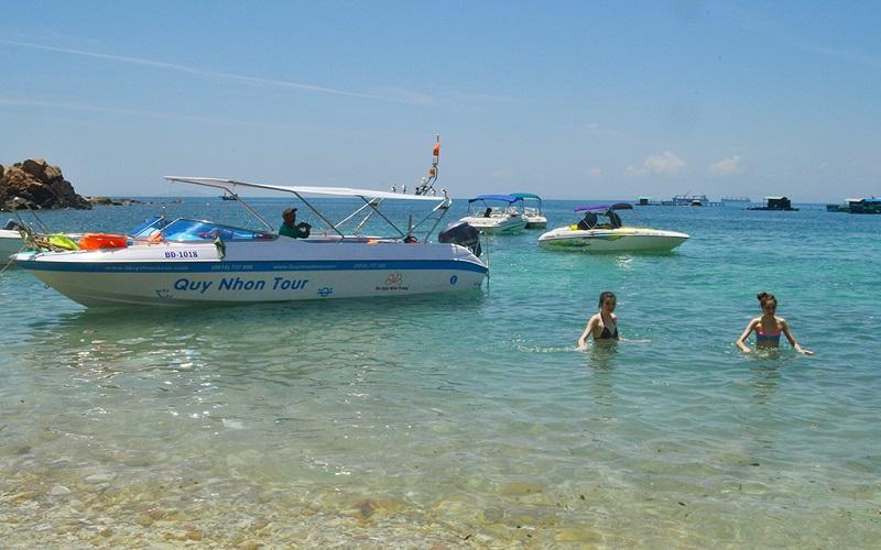 Du khách lặn biển ngắm san hô tại đảo Hòn Khô