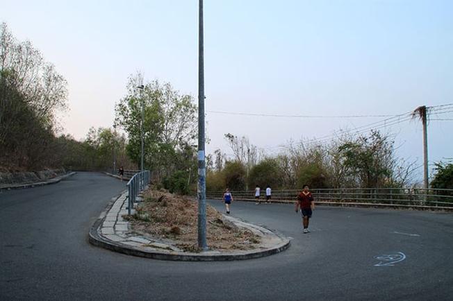 Nhiều người chọn cách chạy bộ, vừa ngắm cảnh vừa tập thể dục để lên đến ngọn hải đăng