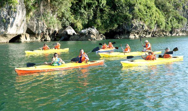 Chèo kayak ở Hạ Long