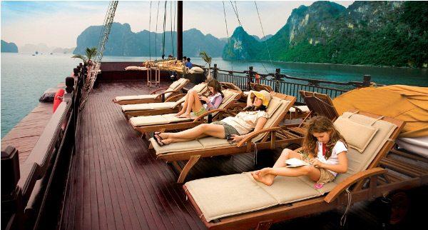Đi du thuyền thưởng ngoạn phong cảnh